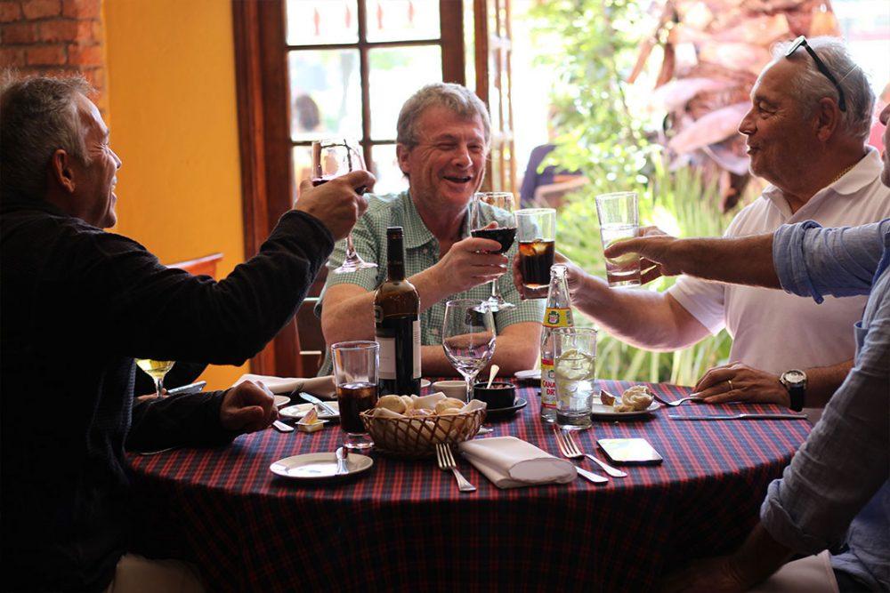 clientes festejando cumpleaños en el restaurant vitacura casa vieja