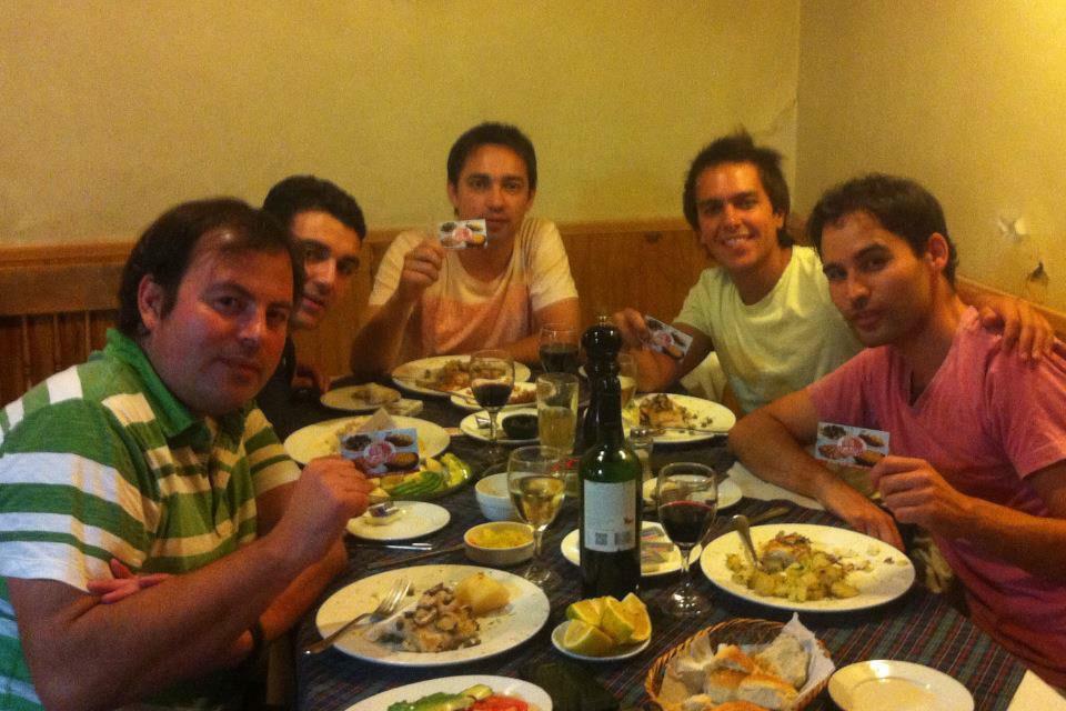 clientes disfrutando de la mejor comida tipica en restaurant vitacura