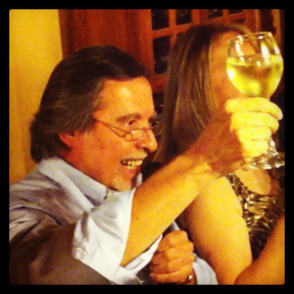 Cliente celebrando de los mejores vinos en restaurant vitacura casa vieja